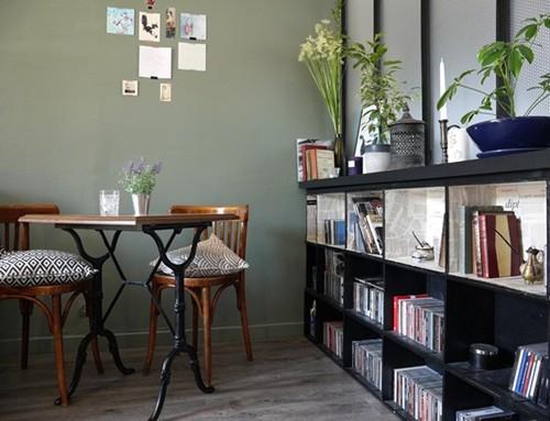 r aliser une biblioth que avec des caisses vin en bois atelier des tilleuls. Black Bedroom Furniture Sets. Home Design Ideas