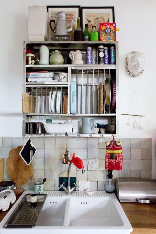 Une cuisine avec son étagère industrielle et ses carreaux zellige