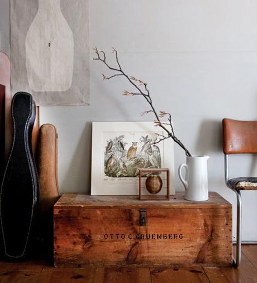 Un coin déco récup avec un vieux coffre en bois et quelques objets vintage