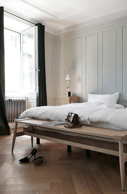 un banc pour décorer au pied du lit