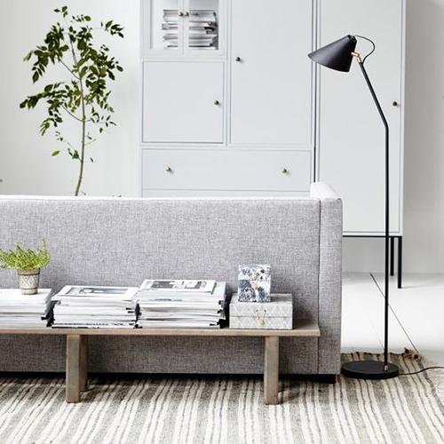 un banc pour habiller derrière un canapé