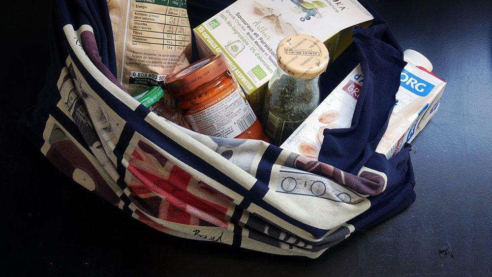 sac à provisions fabriqué avec un T-shirt