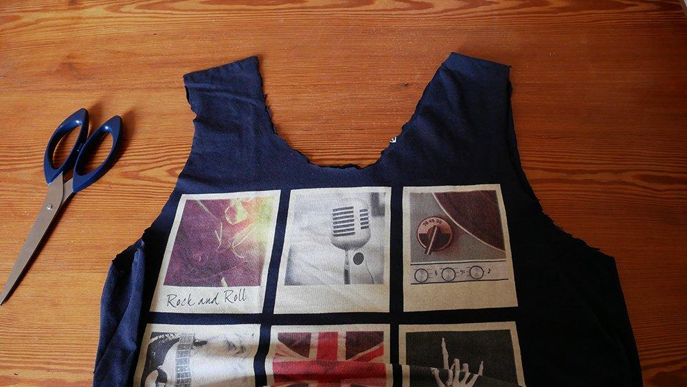 détail des découpes du sac à provisions fabriqué avec un T-shirt