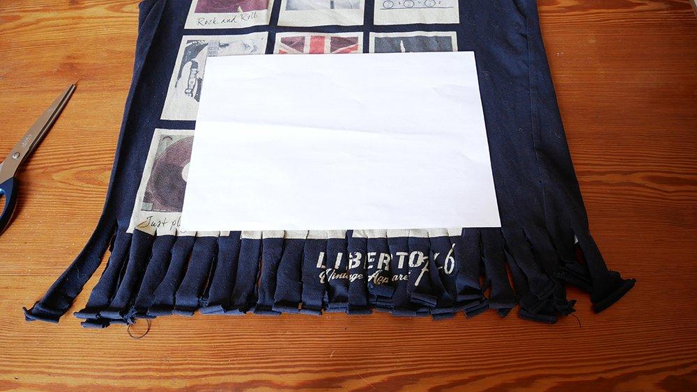 détail des franges du sac à provisions fabriqué avec un T-shirt