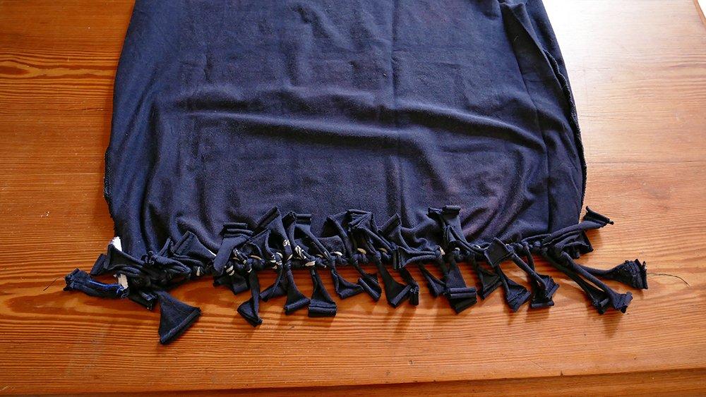 détail des nœuds du sac à provisions fabriqué avec un T-shirt