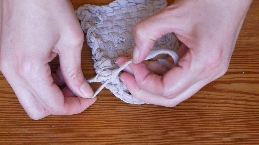 Fixer ou tisser les deux extrémités du fil de tissus