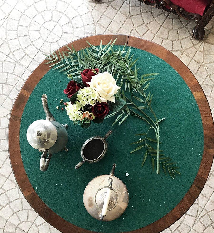 table de jeu dans un château abandonné, urbex