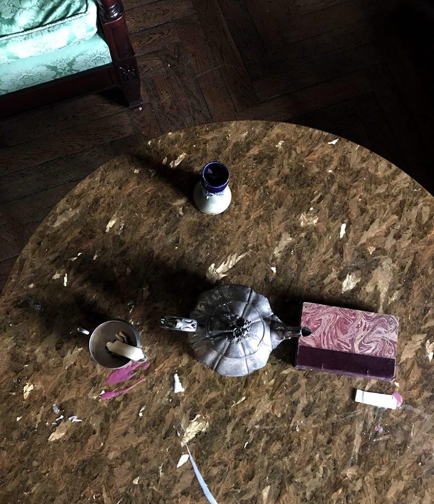 table du grand salon dans un château abandonné, urbex