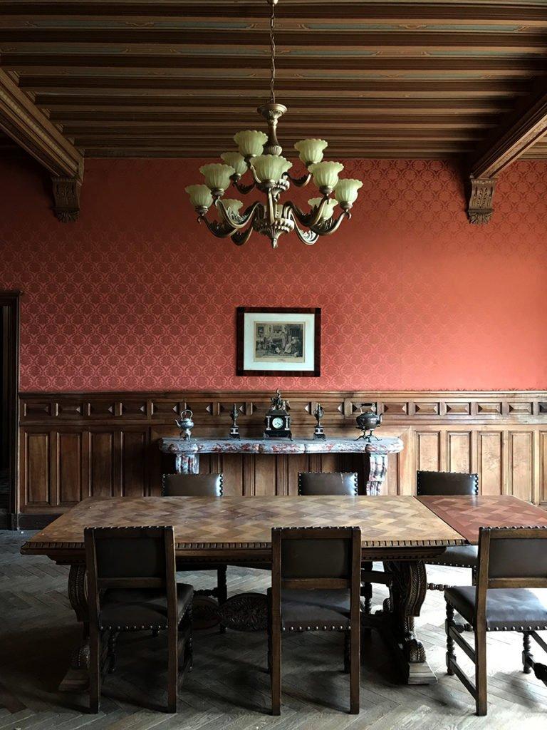 grande salle à manger dans un château abandonné, urbex