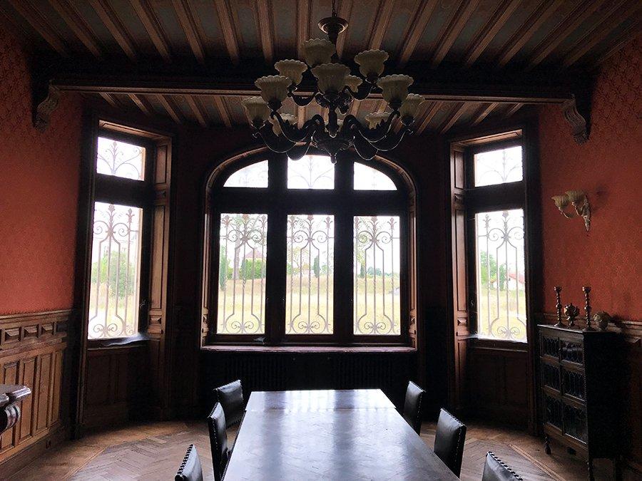 grande fenêtre dans la salle à manger dans un château abandonné, urbex