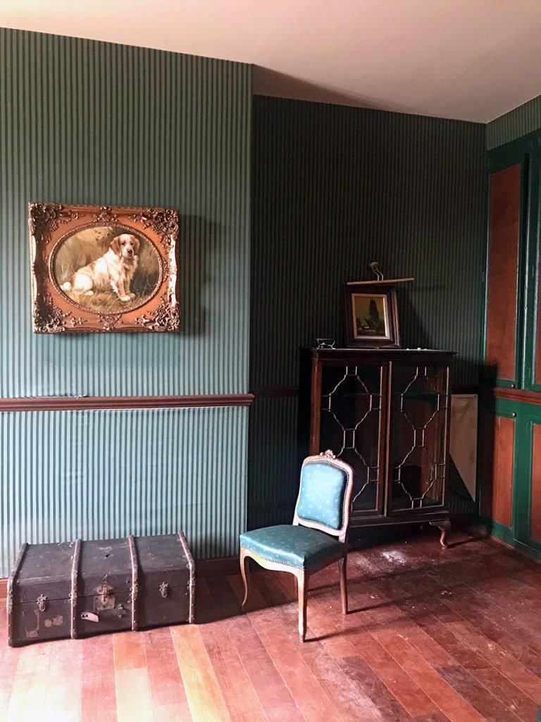 chambre aménagée dans un grand château abandonné, urbex