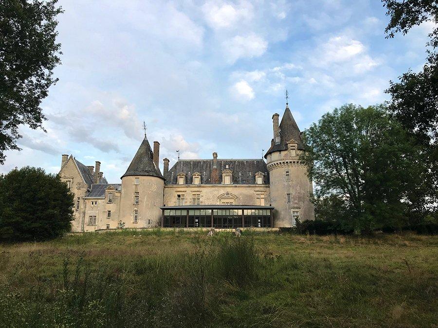 vue d'un château abandonné en urbex