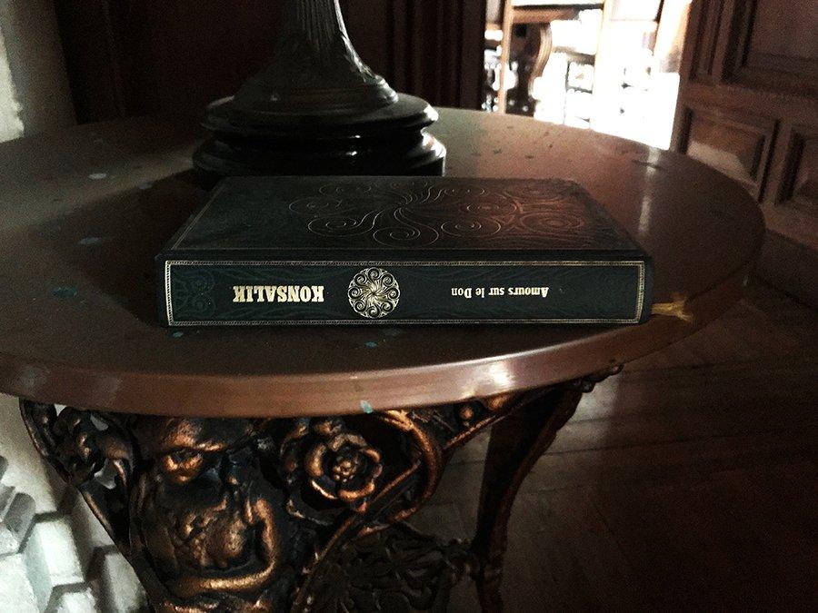 livre dans le grand salon dans un château abandonné, urbex