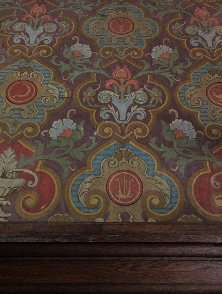 papier peint dans le grand salon dans un château abandonné, urbex