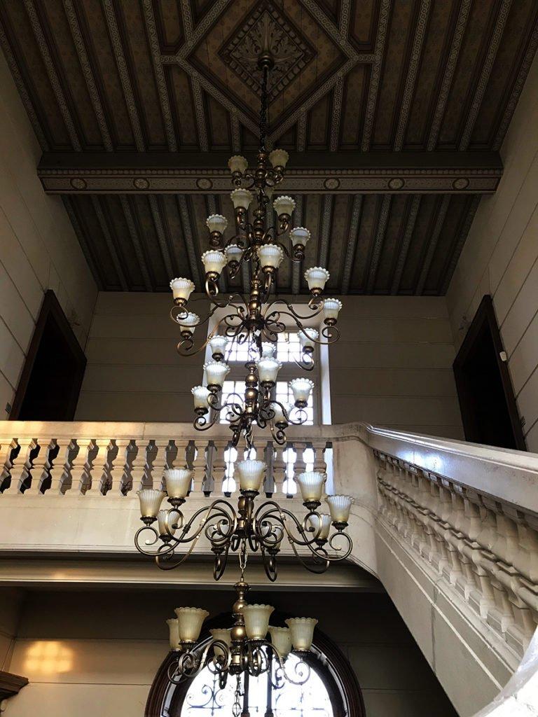 lustre du grand escalier central dans un château abandonné, urbex