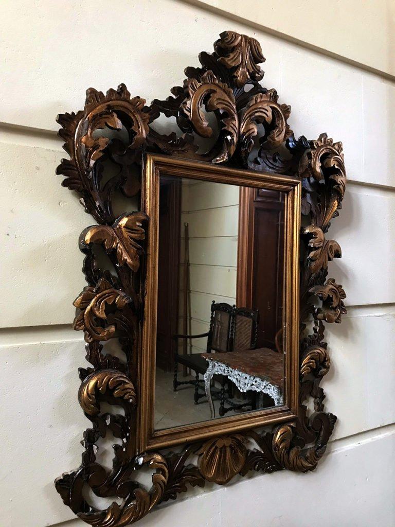 miroir dans la grande entrée d'un château abandonné, urbex