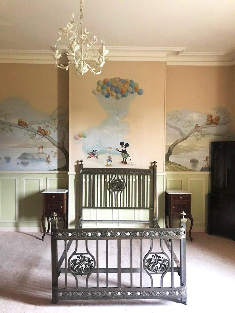 chambre d'enfant aménagée dans un grand château abandonné, urbex