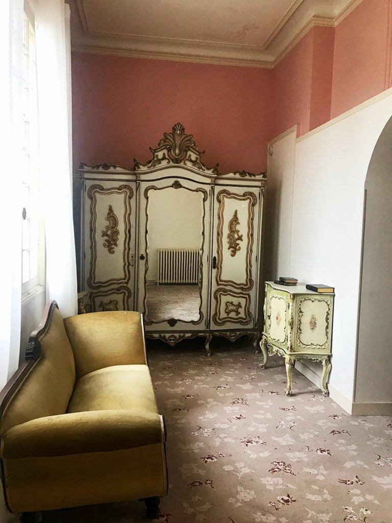 petit salon dans un grand château abandonné, urbex