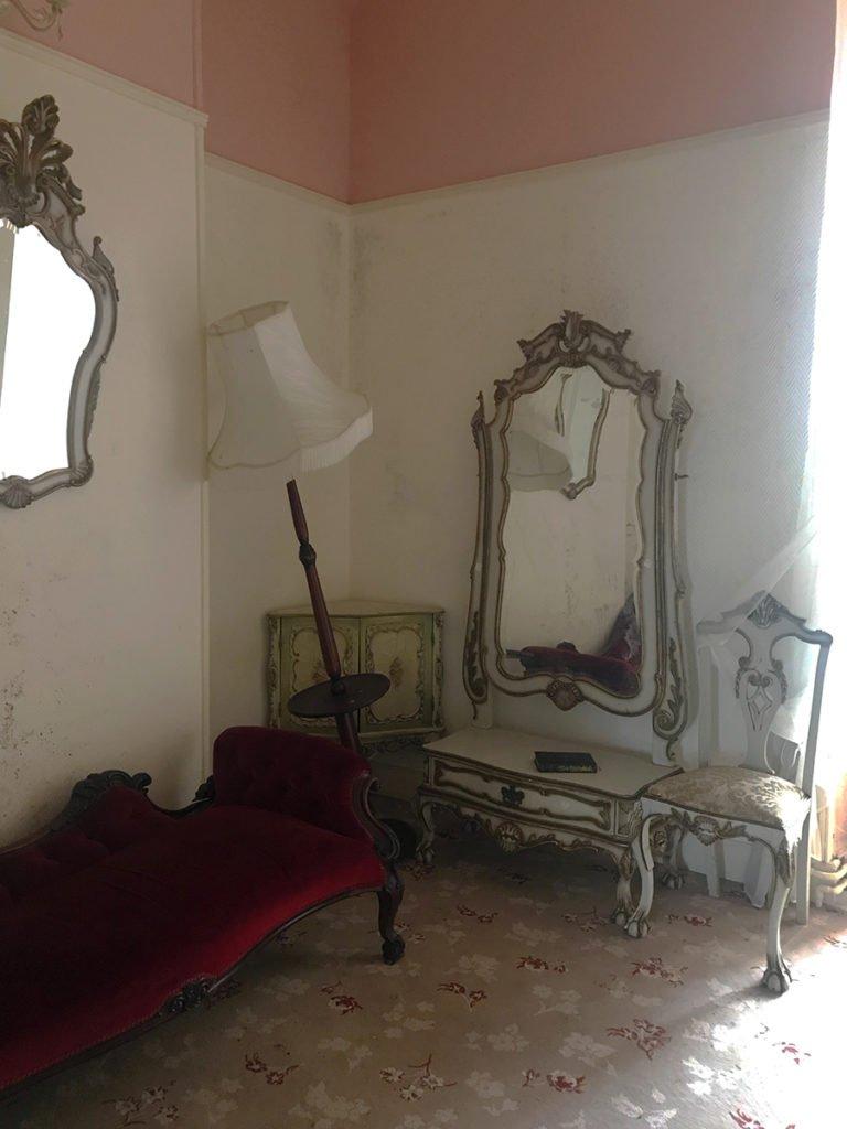 chambre aménagée dans un château abandonné, urbex