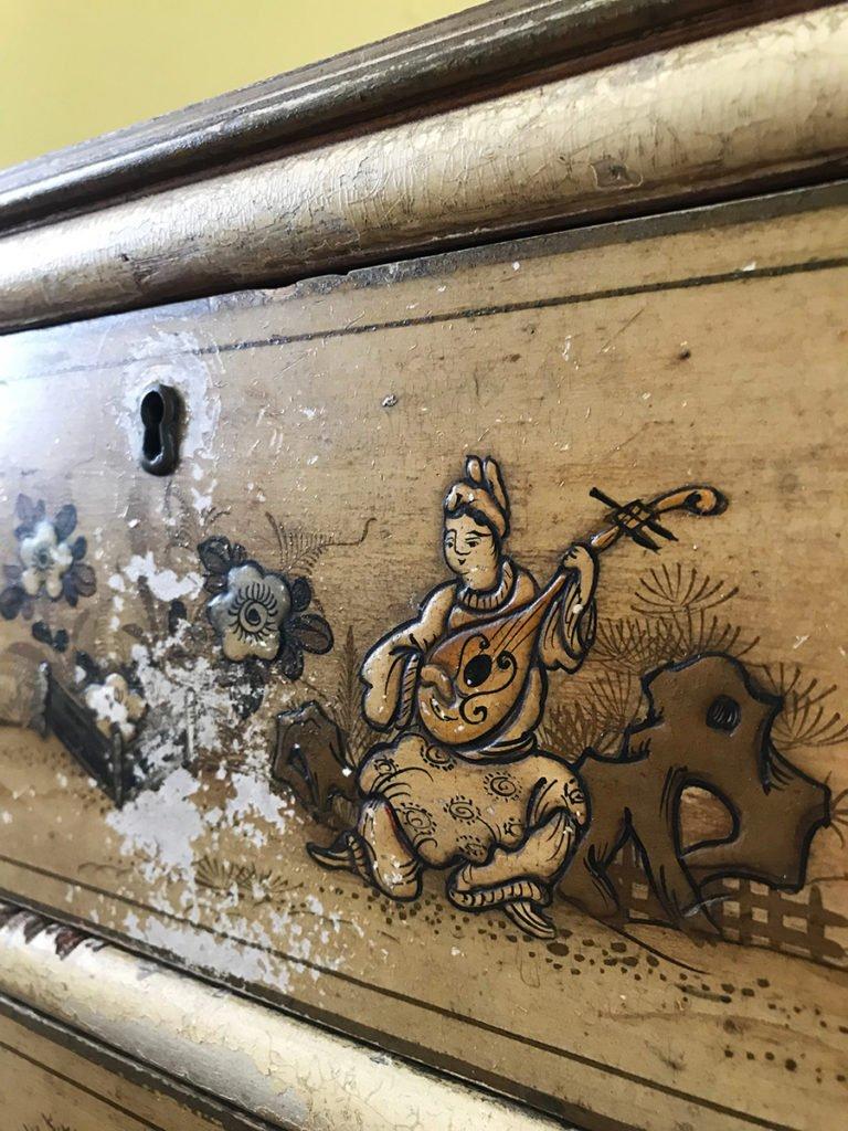 meuble de salon dans un château abandonné, urbex