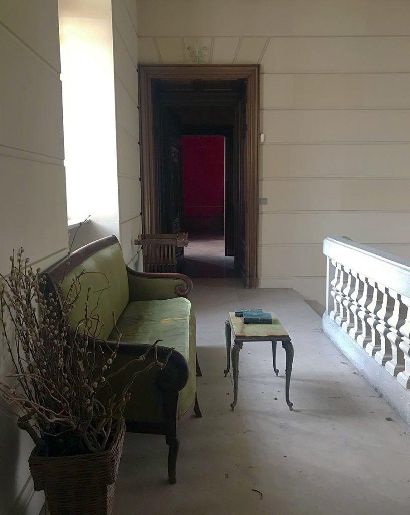 palier aménagé dans un château abandonné, urbex