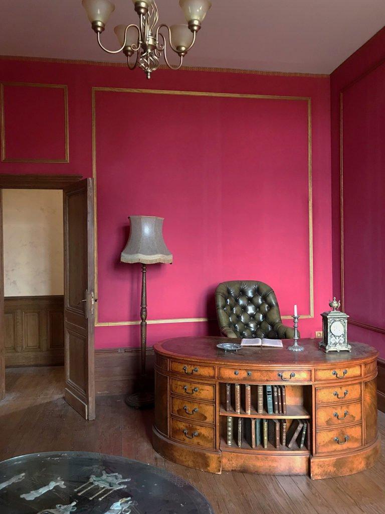grand bureau aménagé dans un château abandonné, urbex