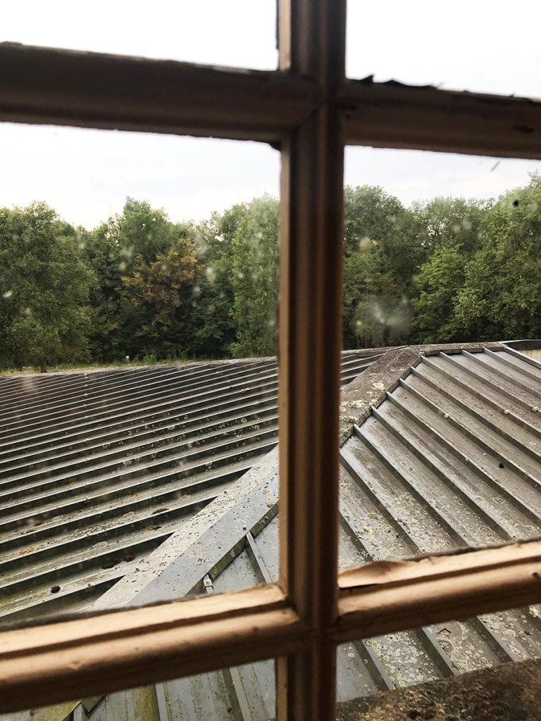 vue sur un toit dans un château abandonné, urbex
