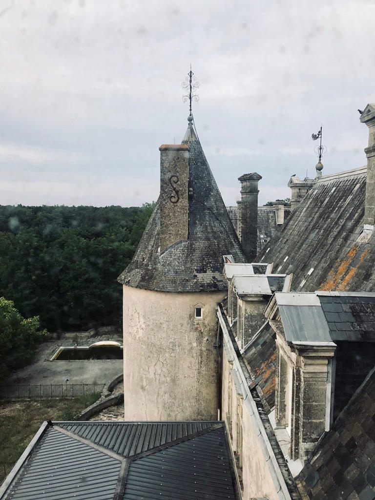 vue sur les toits d'un château abandonné, urbex