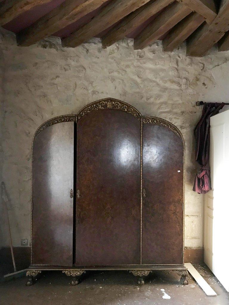 armoire de chambre dans un château abandonné, urbex