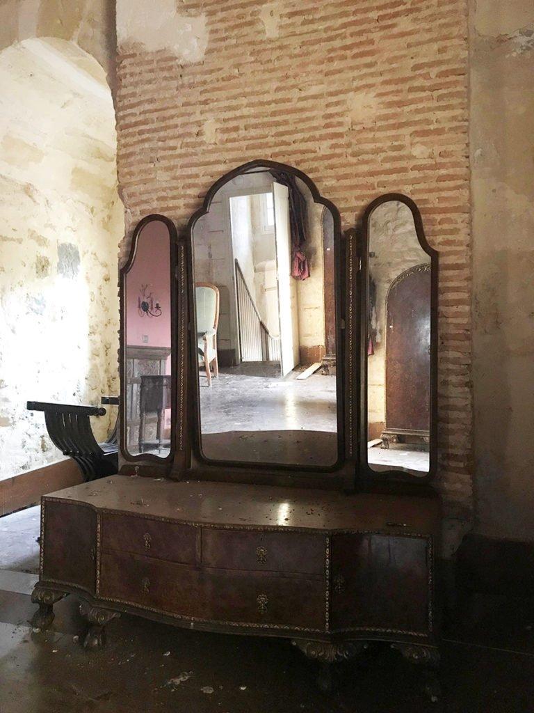 meuble de chambre dans un château abandonné, urbex