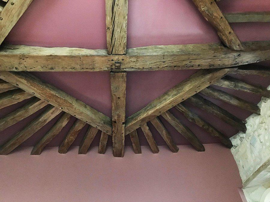 charpente bois dans un château abandonné, urbex