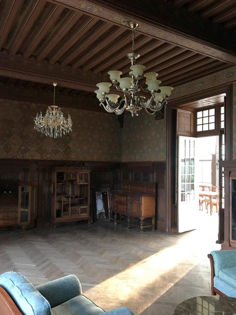 grand salon dans un château abandonné, urbex