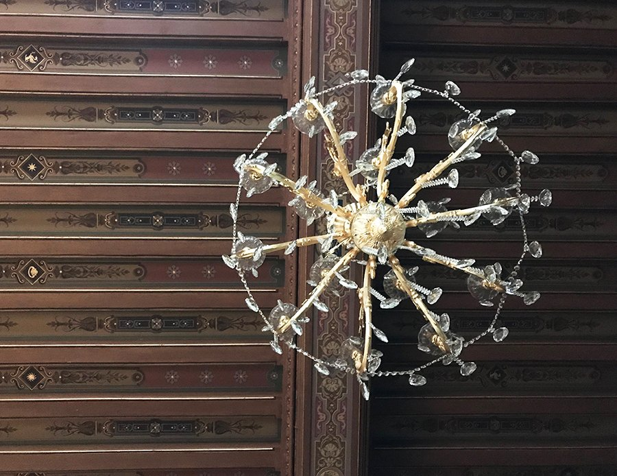 lustre du grand salon dans un château abandonné, urbex