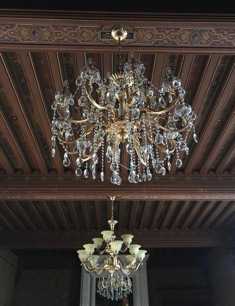 lustres du grand salon dans un château abandonné, urbex