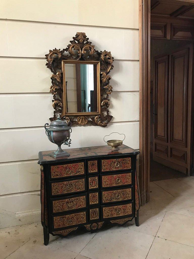 miroir et commode dans la grande entrée d'un château abandonné, urbex