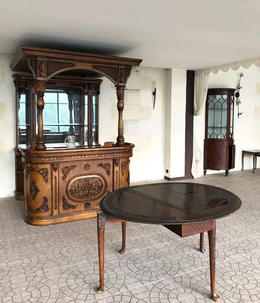 intérieur d'une véranda d'un château abandonné, urbex