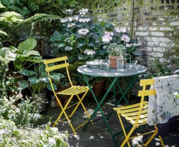 coin café dans la cour fleurie et ensoleillée