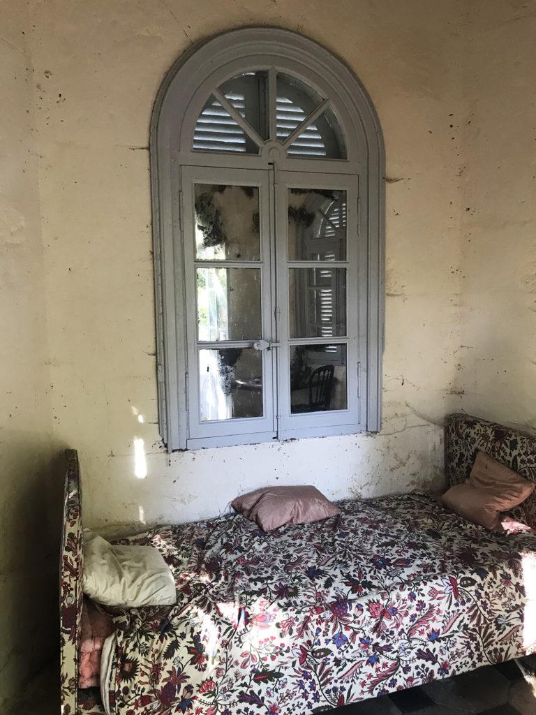 lit installé dans une petite cabane située dans le parc du château de la Courade en Charente