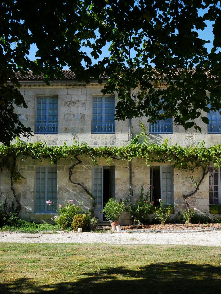 façade du domaine de la Courade en Charente vue sur les logements des ouvriers