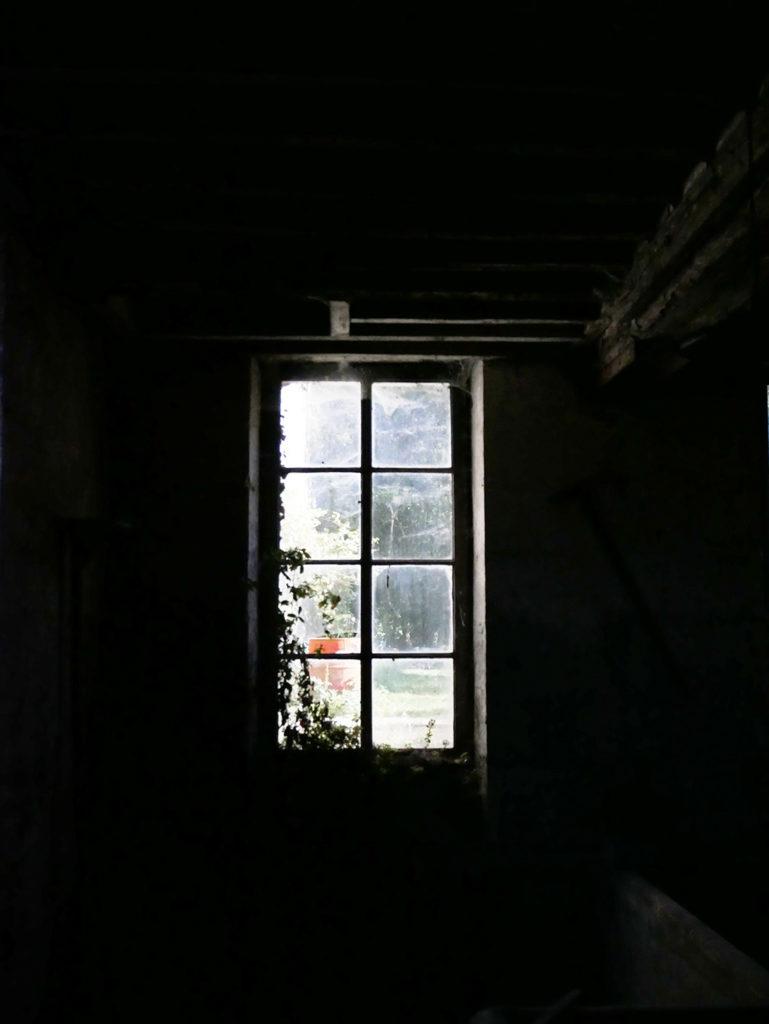 vue en contre jour d'une fenêtre depuis l'intérieur du moulin de la Courade en Charente