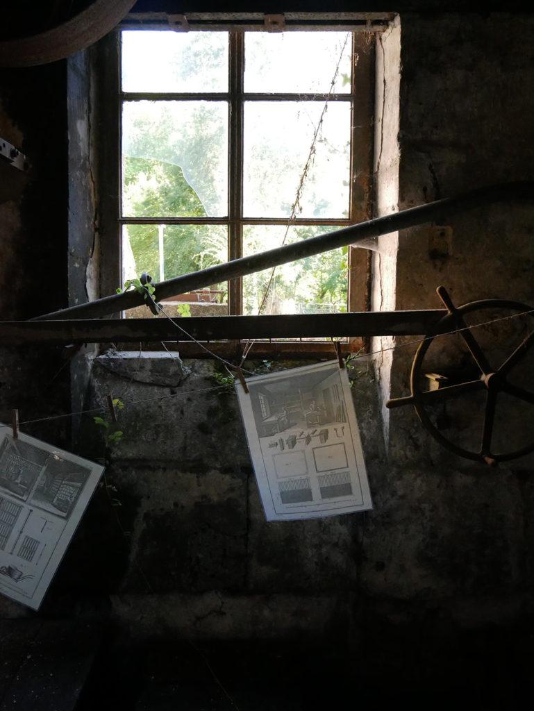vue des vestiges de l'usine depuis l'intérieur du moulin de la Courade en Charente