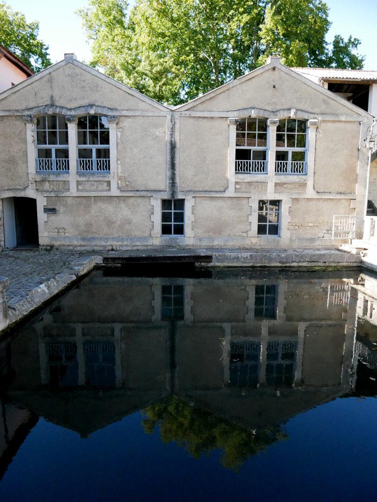 façade du moulin de la Courade se reflétant sur l'eau