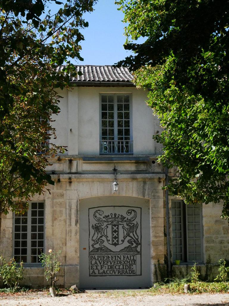 plaque incrustée dans la façade du moulin de la Courade en charente avec inscription : papier fait main...