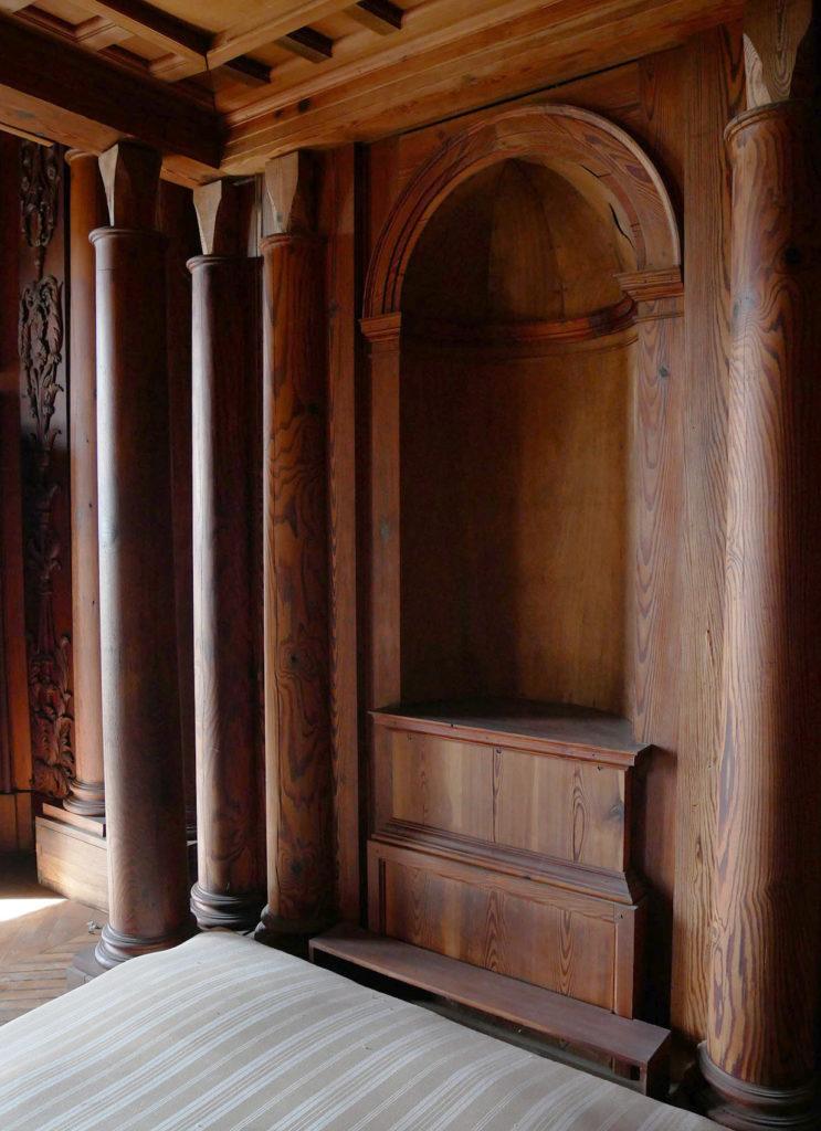 chambre en bois sculpté du château de la mercerie en charente