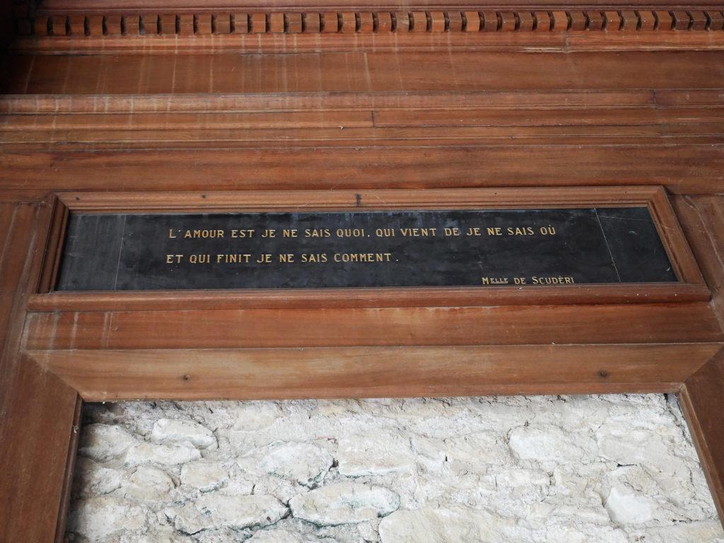 citation au dessus d'une porte bois sculpté du château de la mercerie en charente