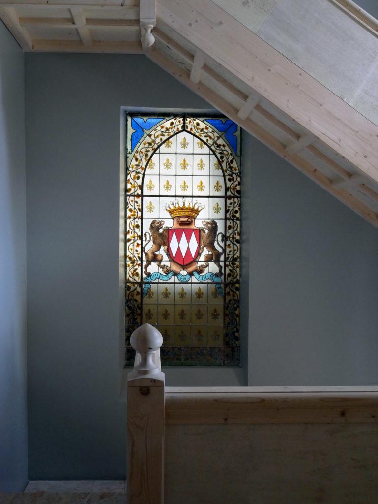 vitrail dans l'escalier du château de la mercerie en charente