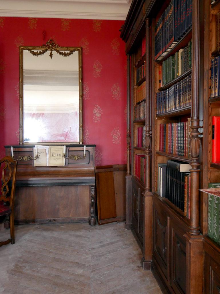 piano et bibliothèque au château de la mercerie en charente