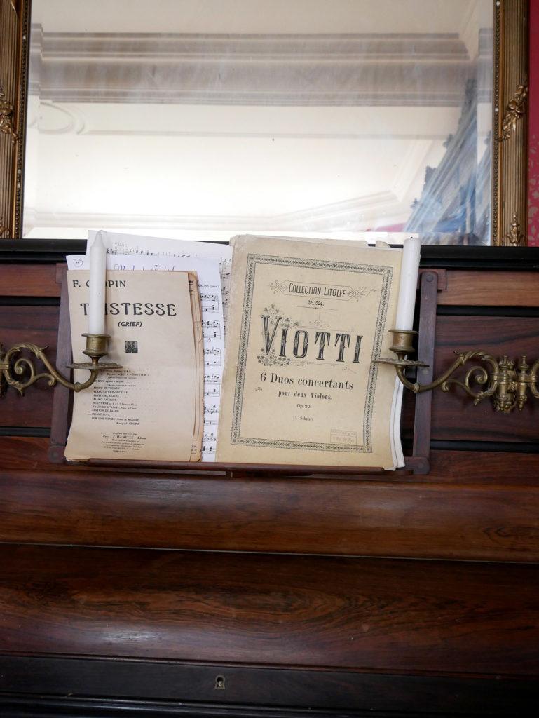 détail de piano au château de la mercerie en charente
