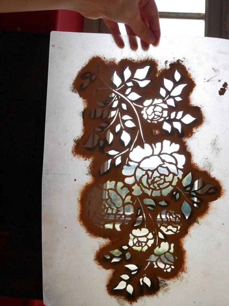 pochoir pour peinture sur papier peint au pochoir du château de la mercerie en charente