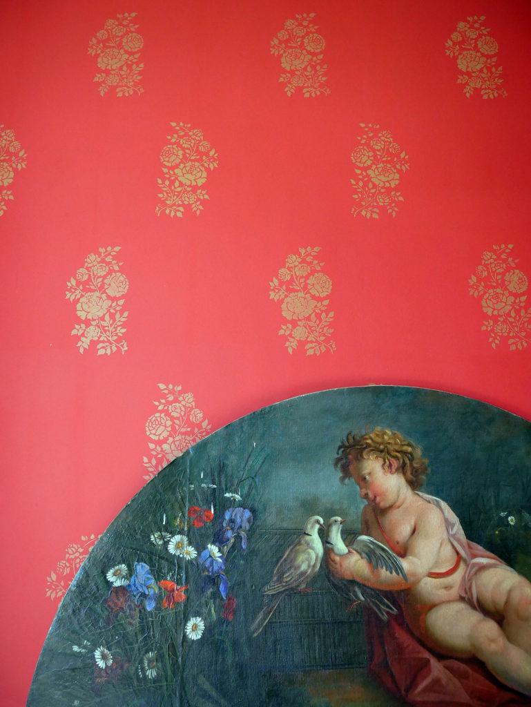 détail de papier peint au pochoir du château de la mercerie en charente